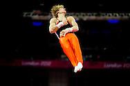 LONDEN - Epke Zonderland omhelst zilveren medaille-winnaar Fabian Hambüchen na zijn oefening op rek bij de Olympische Spelen in Londen. De turner behaalde de gouden medaille met zijn oefening.
