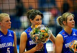 26-04-2008 VOLLEYBAL: DELA MARTINUS - AMVJ: AMSTELVEEN<br /> Martinus landskampioen 2007-2008 - Floortje Meijners, Mila Michel en Antoinette Posthuma<br /> &copy;2008-WWW.FOTOHOOGENDOORN.NL