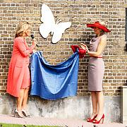 NLD/Zevenhuizen/20150709 -  Koningin Maxima opent het Leontienhuis, een initiatief van oud-wielrenster Leontien Zijlaard-van Moorsel, Leontien Zijlaard-van Moorsel en Koningin Maxima onthullen de plaquette