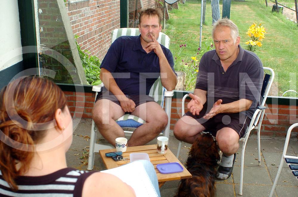 060707, sibculo, ned,<br /> Herman Schukkert (R) is akkerbouwer en samen met zijn collega zitten ze tevens ook in de bloembollen,<br /> fotografie frank uijlenbroek&copy;2006 michiel van de velde