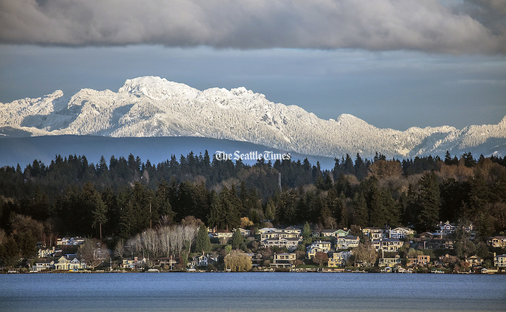 A fresh layer of snow blankets the Cascades, as seen across Lake Washington from Magnuson Park to Kirkland this week. (Steve Ringman/The Seattle Times)
