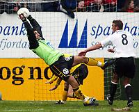Fotball, 21. april 2002. Tippeligaen, Sogndal v  Start. Fosshaugane. Dime Jankulovski, Start, tar ballen foran Håvard Flo, Sogndal.