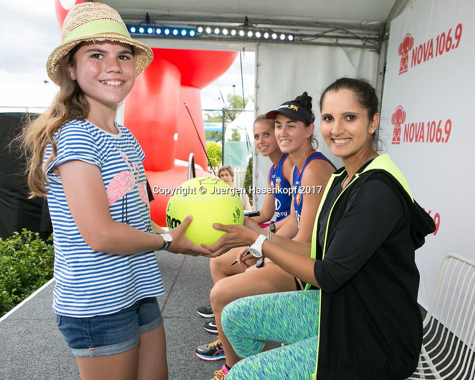 SANIA MIRZA (IND) schreibt Autogramme fuer die Fans,<br /> <br /> Tennis - Brisbane International  2017 - WTA -  Pat Rafter Arena - Brisbane - QLD - Australia  - 5 January 2017. <br /> &copy; Juergen Hasenkopf