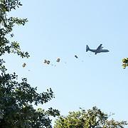 NLD/Ede/20190921- Prince Charles en Prinses Beatrix bij herdenking Airborne, Dropping van parachutisten tijdens de herdenking