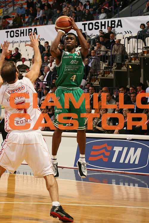 DESCRIZIONE : Bologna Coppa Italia 2006-07 Quarti di Finale Benetton Treviso Lottomatica Virtus Roma <br /> GIOCATORE : Lyday<br /> SQUADRA : Benetton Treviso <br /> EVENTO : Campionato Lega A1 2006-2007 Tim Cup Final Eight Coppa Italia Quarti di Finale <br /> GARA : Benetton Treviso Lottomatica Virtus Roma<br /> DATA : 09/02/2007 <br /> CATEGORIA : Tiro<br /> SPORT : Pallacanestro <br /> AUTORE : Agenzia Ciamillo-Castoria/M.Marchi