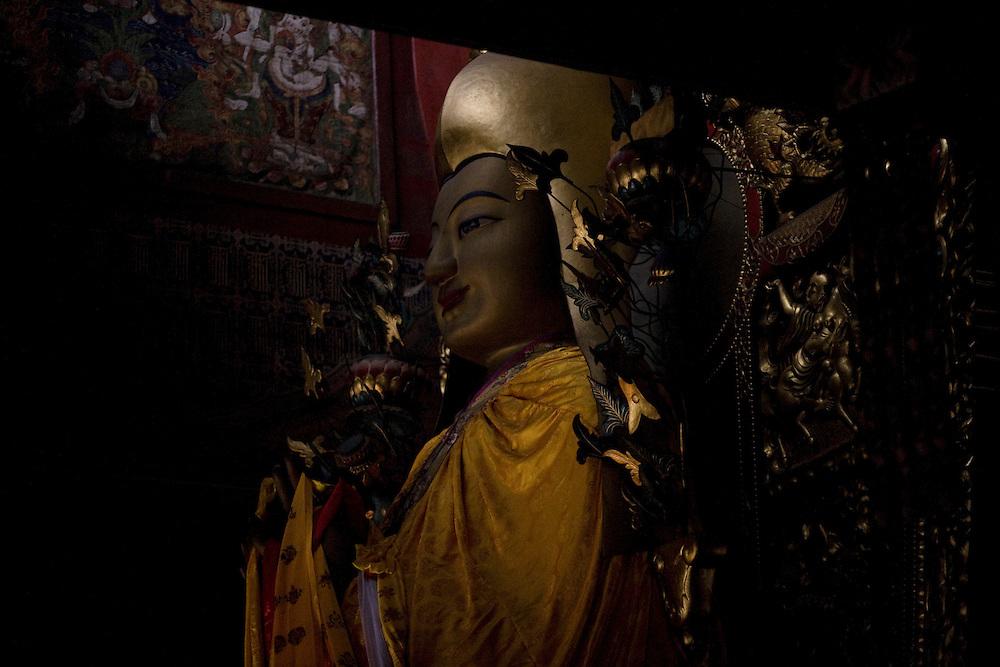 Dans la grande salle d'assemblée la statue de Tsongkhapa (1357-1419), le fondateur de l'ordre Gelukpa (Bonnets Jaunes), principal ordre du bouddhisme tibétain.