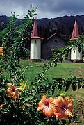 Kirche und Blumen, Nuka Hiva, Französisch Polynesien * Church and flowers, Nuka Hiva, French Polynesia
