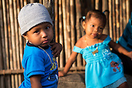 La  isla de Ustupu, perteneciente a la comarca indígena  Guna Yala,  forma parte del archipiélago de 365 islas a lo largo de la costa caribe noreste de Panamá..En Ustupu se genero la  Revolución Guna  en 1925, en la que los indígenas Gunas se defendieron ante las autoridades panameñas, que obligaban a los indígenas a occidentalizar su cultura a la fuerza. los Gunas con el aval del gobierno panameño, crearon un territorio autónomo llamado comarca indígena de Guna Yala, para garantizar la seguridad de la población y cultura Guna..(Ramón Lepage).La  isla de Ustupu, perteneciente a la comarca indígena  Guna Yala,  forma parte del archipiélago de 365 islas a lo largo de la costa caribe noreste de Panamá..En Ustupu se genero la  Revolución Guna  en 1925, en la que los indígenas Gunas se defendieron ante las autoridades panameñas, que obligaban a los indígenas a occidentalizar su cultura a la fuerza. los Gunas con el aval del gobierno panameño, crearon un territorio autónomo llamado comarca indígena de Guna Yala, para garantizar la seguridad de la población y cultura Guna..(Ramón Lepage).