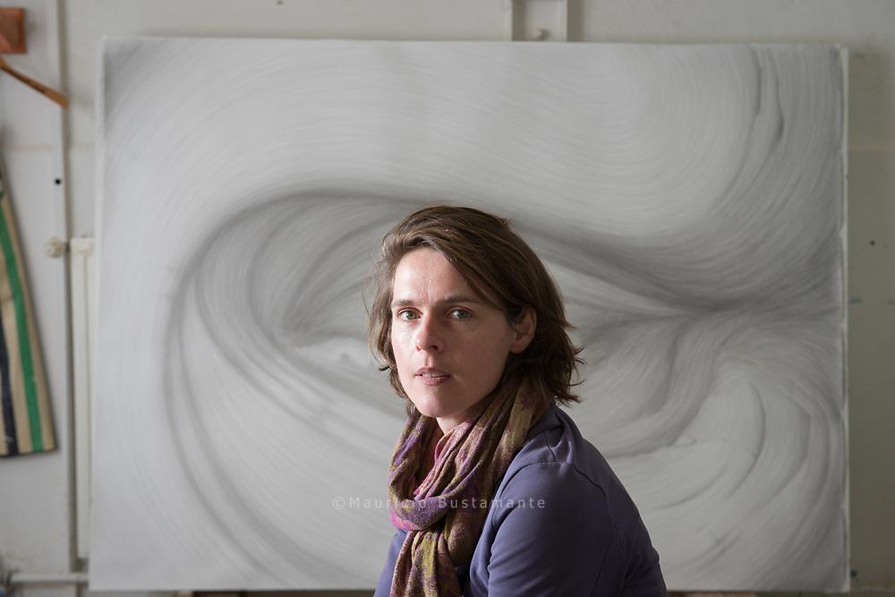 Annette Streyl. Stein, Schere, Papier. Gehauen, gestrickt,<br /> gezeichnet. Was ihre Kunst angeht, ist Annette Streyl keine, die sich<br /> festlegen lassen mag.