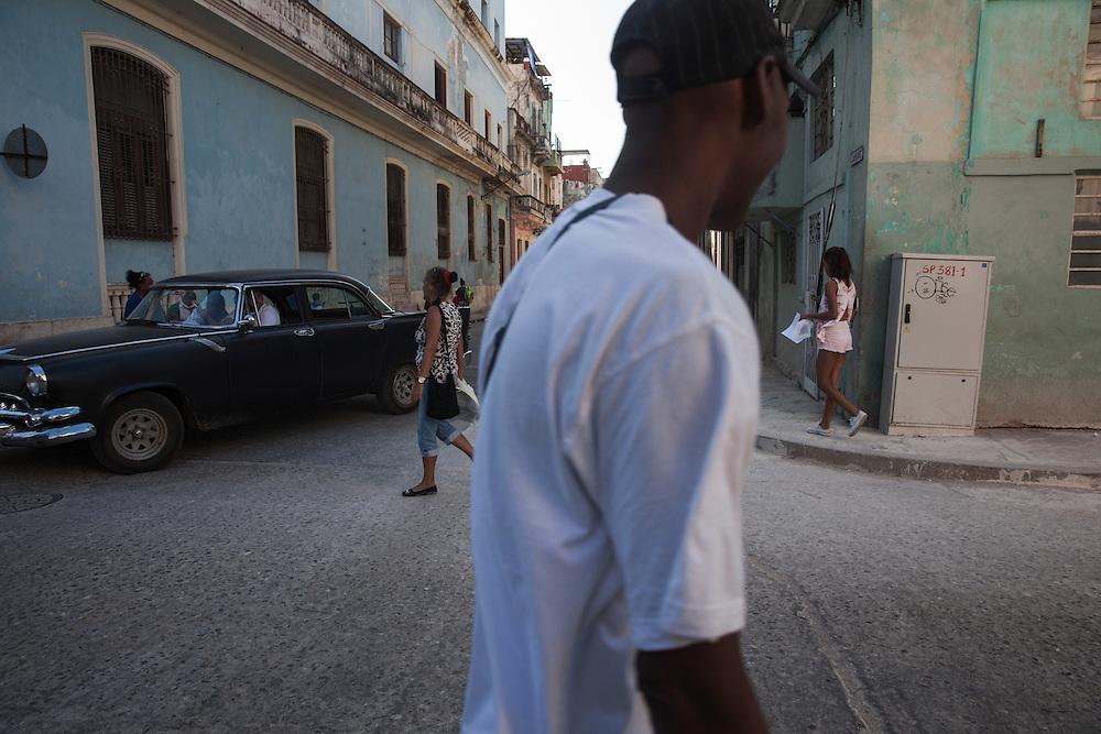 Street scene at an intersection in Centro Habana, in Havana, Cuba. <br /> <br /> Escena en un cruce de calles en el barrio de Centro Habana