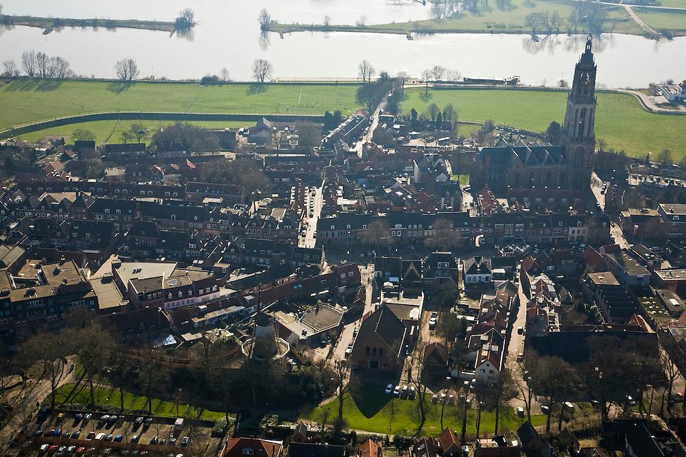 Nederland, Utrecht, Rhenen, 11-02-2008; stadsgezicht met Cunerakerk (Cuneratoren), voorbeeld van laat-gotiek; korenmolen in de voorgrond (stadsmolen); gotisch, gotiek, kleinschaligheid, kleinschalig, kneuterig, kneuterigheid, molen, malen..luchtfoto (toeslag); aerial photo (additional fee required); .foto Siebe Swart / photo Siebe Swart.