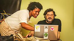 PORTO ALEGRE, RS, BRASIL, 21-01-2017, 12h23'46&quot;:  Desiree dos Santos, 32, discute um projeto com o f&iacute;sico e programador Vlademir PIana de Castro, 53, no espa&ccedil;o Matehackers Hackerspace, da Associa&ccedil;&atilde;o Cultural Vila Flores, no bairro Floresta da capital ga&uacute;cha. A  Consultora de Desenvolvimento de Software na empresa ThoughtWorks fala sobre as dificuldades enfrentadas por mulheres negras no mercado de trabalho.<br /> (Foto: Gustavo Roth / Ag&ecirc;ncia Preview) &copy; 21JAN17 Ag&ecirc;ncia Preview - Banco de Imagens