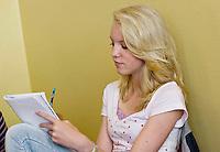Nederland Rotterdam 23-09-2009 20090923 Serie over onderwijs,  openbare scholengemeenschap voor mavo, havo en vwo.  Leerlinge maakt oefeningen in schrift tijdens tussenuur.                                    .Foto: David Rozing