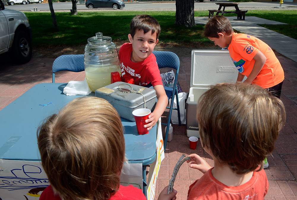 jt050617c/a sec/jim thompson/ William Bradford serves up a cup of lemonade to(left to right) William and Alex Ivers-McGraw at the Los Ranchos Farmers Market Saturday morning. Saturday May. 06, 2017. (Jim Thompson/Albuquerque Journal)