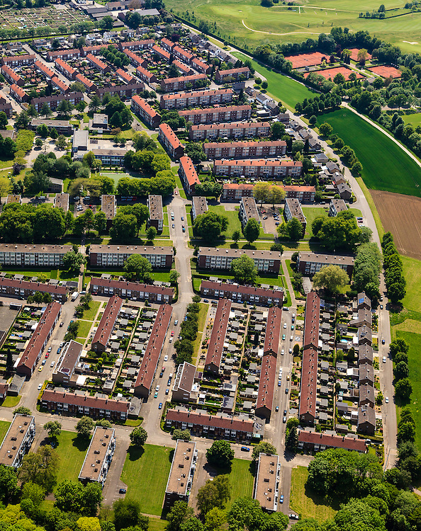 Nederland, Limburg, Maastricht, 27-05-2013; Pottenberg, wijk in Maastricht-West. De parochiewijk is ruim opgezet en kent verschillend woningtypes. Middelpunt van de wijk uit de wederopbouwperiode is het Terra Cottaplein met Christus'Hemelvaart kerk.<br /> Reconstruction area: parish district in Maastricht is spacious and has various housing types, constructed around the church central in the district.<br /> luchtfoto (toeslag op standard tarieven)<br /> aerial photo (additional fee required)<br /> copyright foto/photo Siebe Swart.