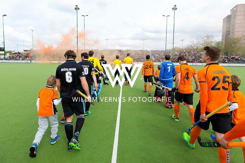 Eindhoven - OZ - HGC Heren, Hoofdklasse Hockey Heren, Seizoen 2015-2016, 30-04-2016, OZ - HGC, spelers betreden het veld.