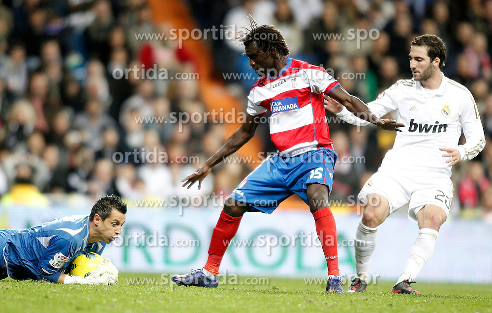 07.01.2012, Santiago Bernabeu Stadion, Madrid, ESP, Primera Division, Real Madrid vs FC Granada, 18. Spieltag, im Bild Real Madrid's Gonzalo Higuain against Granada's Roberto Fernandez and Pape Diakhate // during the football match of spanish 'primera divison' league, 18th round, between Real Madrid and FC Granada at Santiago Bernabeu stadium, Madrid, Spain on 2012/01/07. EXPA Pictures © 2012, PhotoCredit: EXPA/ Alterphotos/ Alvaro Hernandez..***** ATTENTION - OUT OF ESP and SUI *****