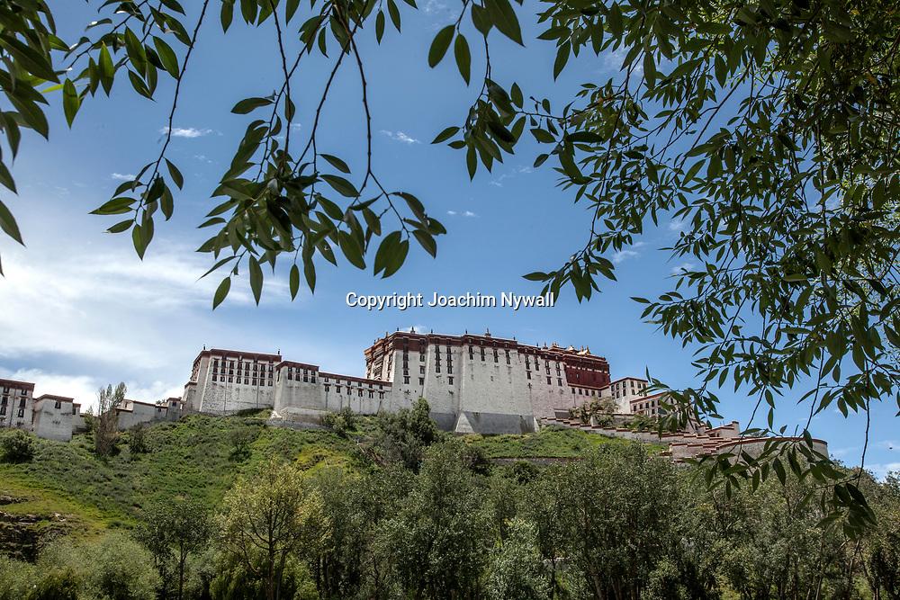 Lhasa 2011 Tibet<br /> Baksidan av Potalapalatset i Lhasa<br /> <br /> ----<br /> FOTO : JOACHIM NYWALL KOD 0708840825_1<br /> COPYRIGHT JOACHIM NYWALL<br /> <br /> ***BETALBILD***<br /> Redovisas till <br /> NYWALL MEDIA AB<br /> Strandgatan 30<br /> 461 31 Trollh&auml;ttan<br /> Prislista enl BLF , om inget annat avtalas.