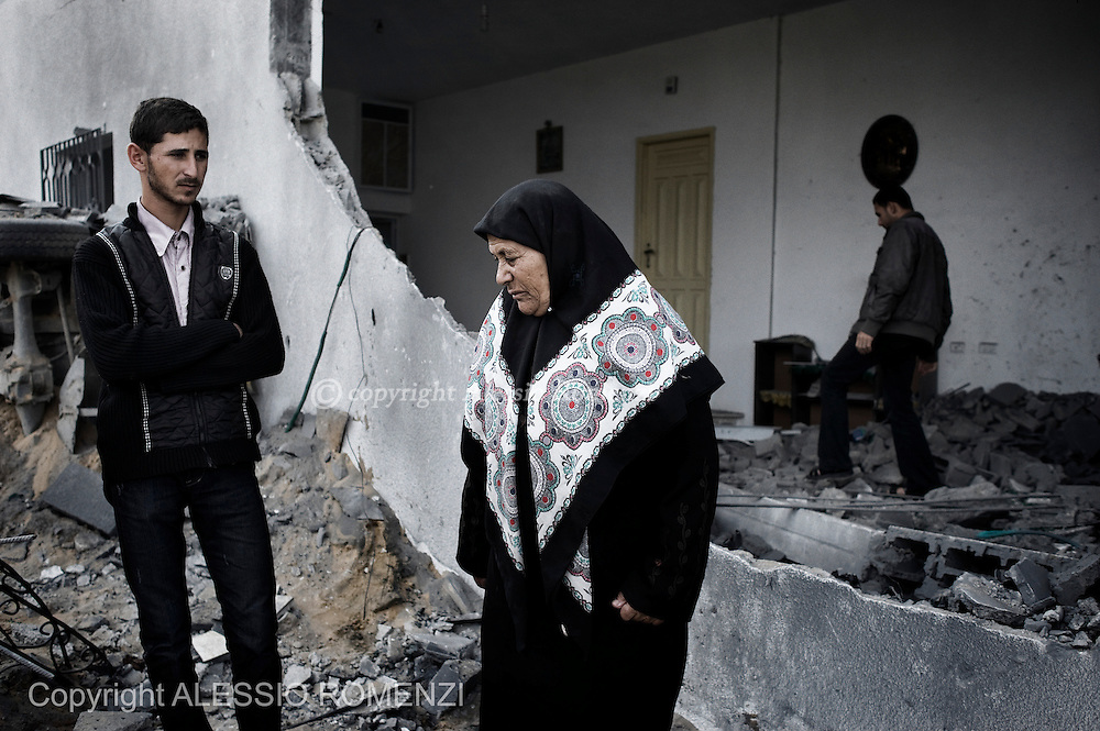 Gaza Strip: A woman from the Palestinian Sultan family, displaced during the recent week long hostilities with israel, returns to her damaged home in the al-Atatra area in the northern Gaza Strip. November 22, 2012. ALESSIO ROMENZI