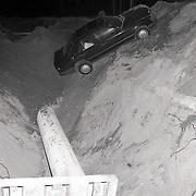 NLD/Laren/19900827 - Ongeval Laren Rijksweg West auto in bouwput gereden