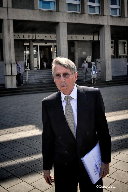 Nederland,Arnhem,24-05-2012 John  Deuss verlaat met zijn advocaat de rechtbank na afloop van het vonnis.  FOTO: Gerard Til