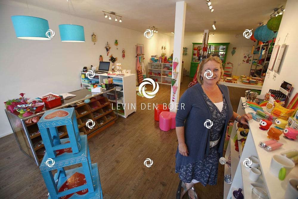 ZALTBOMMEL - Monique van Doorn eigenaresse van de nieuwe winkel Moos Wonen en Kado's in de Gamerschestraat. FOTO LEVIN DEN BOER - PERSFOTO.NU