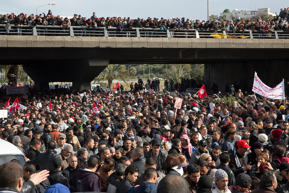 Février 2013. L'Enterrement de la révolution? Impressionnant hommage du peuple Tunisien à Chokri Belaid, bravant le gaz lacrymogène, plus de 40.000 personnes lui rendent un hommage ce 8 février 2013 et manifestent au même moment contre la violence politique en Tunisie et contre Ennarda
