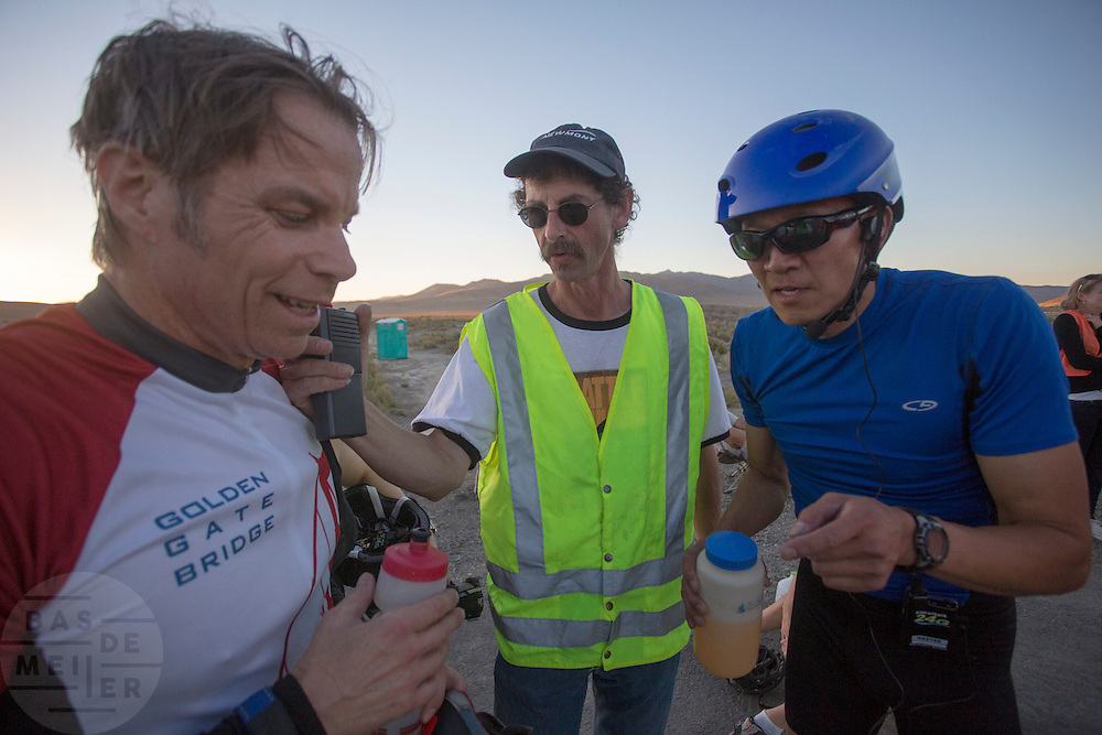Larry Lem en Phil Plat horen dat ze een nieuw wereldrecord met de tandem hebben gereden op de derde racedag van het WHPSC. In de buurt van Battle Mountain, Nevada, strijden van 10 tot en met 15 september 2012 verschillende teams om het wereldrecord fietsen tijdens de World Human Powered Speed Challenge. Het huidige record is 133 km/h.<br />