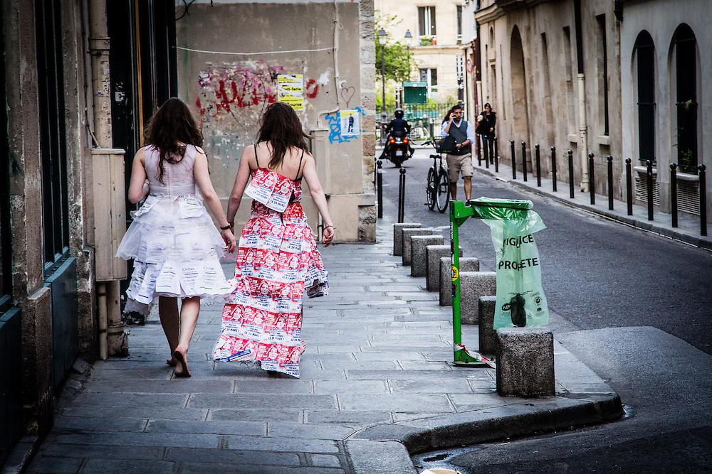 Deux jeunes filles habillées en mariées dans une rue à proximité du rassemblement place Baudoyer à Paris, en faveur du mariage pour tous, le 23 avril 2013, après le vote de la loi.