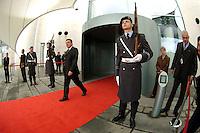 06 FEB 2004, BERLIN/GERMANY:<br /> Gerhard Schroeder, SPD, Bundeskanzler, verlaesst das Kanzleramt durch den Haupteingang, wo eine Ehrenwache zum Empfang eines Staatsgastes augfezogen ist, Bundeskanzleramt<br /> IMAGE: 20040206-02-003<br /> KEYWORDS: Ehrenhof, Gerhard Schröder, Wachbataillon, Bundeswehr, Soldat, Soldaten, Wachsoldat