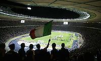 Fussball WM 2006        24 Stunden FINALE Italien - Frankreich Italienische Fans verfolgen die Siegerehrung ihrer Mannschaft, nach dem Gewinn der Weltmeisterschaft.