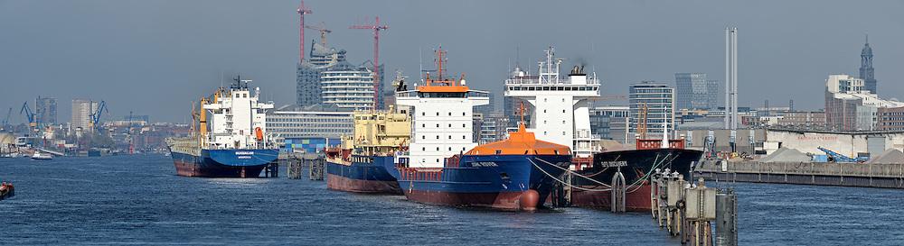 Blick auf Hamburg mit der im Bau befindlichen Elbphilharmonie von den Elbbrücken aus