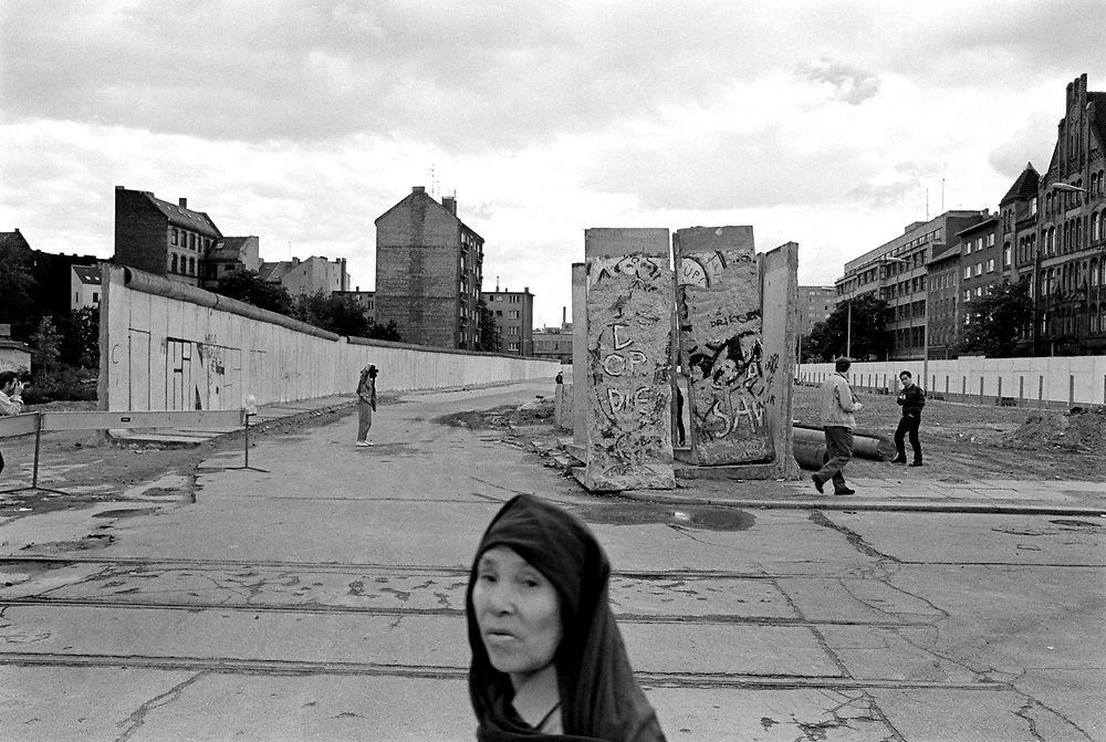©  christian  JUNGEBLODT..BERLINER MAUER , Abriss in Kreuzberg, die Stadtteile.Mitte und Kreuzberg sind erneut durch die Adalbertstrasse verbunden .Berlin .08.06.90.