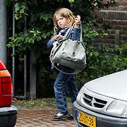 NLD/Laren/20080808 - Leontien Borsato rennend in Laren door de regen samen met dochter Jada