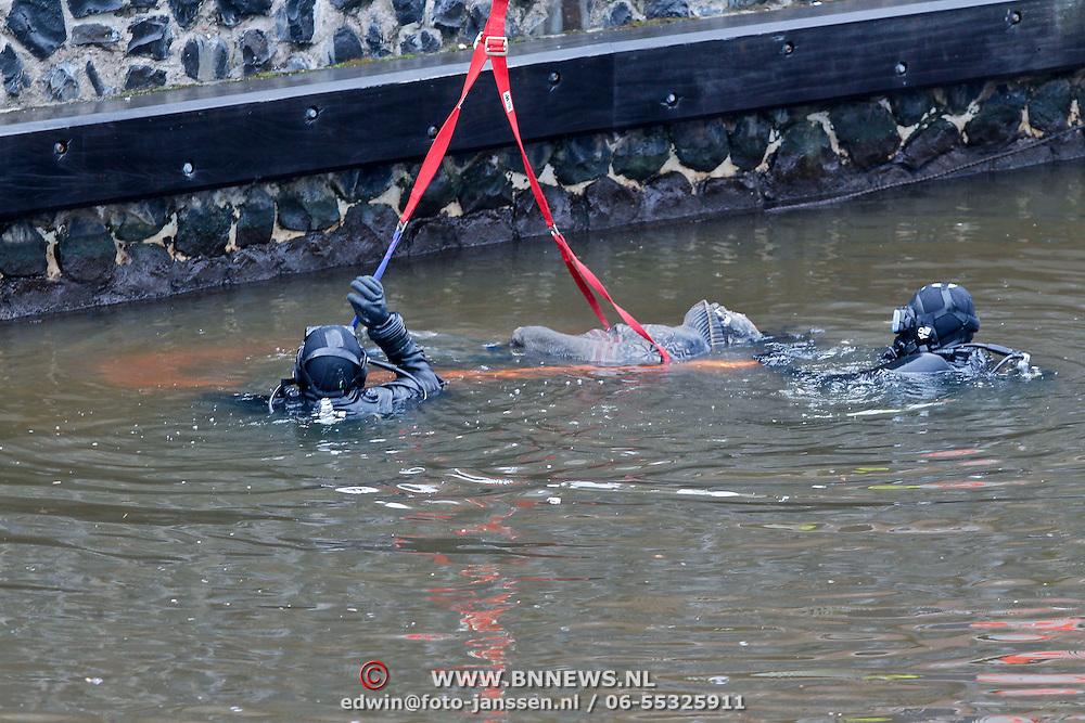 NLD/Amsterdam/20110118 - Lichaam gevonden in het water van het IJ in Amsterdam