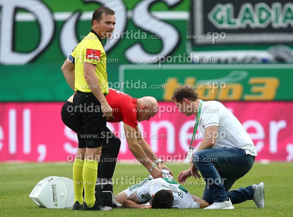 25.05.2019, Allianz Stadion, Wien, AUT, 1. FBL, SK Rapid Wien vs Cashpoint SCR Altach, Qualifikationsgruppe, 32. Spieltag, im Bild v.l. Dieter Muckenhammer (Schiedsrichter, Referee) und Marvin Potzmann (SK Rapid Wien) verletzt am Boden // during the tipico Bundesliga qualification group 32nd round match between SK Rapid Wien and Cashpoint SCR Altach at the Allianz Stadion in Wien, Austria on 2019/05/25. EXPA Pictures © 2019, PhotoCredit: EXPA/ Thomas Haumer