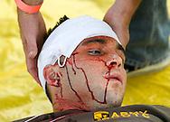 当地时间10月15日,医疗人员为一名模拟头部受伤的&ldquo;伤者&rdquo;救治。当天,在美国加利福尼亚州洛杉矶举行了第八届年度全球最大规模地震演习&ldquo;大摇晃&rdquo; (Great ShakeOut). 主办机构表示,加州有1,004万人签署参与,在全球其他地震区也有超过2000万人参与。(新华社发 赵汉荣摄)<br /> Members of Search And Rescue team give treatment to a mock victim during California's annual full-scale earthquake drill to prepare for a potential magnitude-6.7 earthquake in Los Angeles, California, Thursday, October. 15, 2015. About 10.4 million Californians and 21.5 million people worldwide who took part in safety drills and aftermath and recovery exercises in observance of the eighth annual Great ShakeOut.  (Xinhua/Zhao Hanrong)(Photo by Ringo Chiu/PHOTOFORMULA.com)