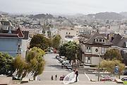 Een bruidspaar maakt foto&rsquo;s bij het Alta Plaza Park in San Francisco. Een drone filmt. De Amerikaanse stad San Francisco aan de westkust is een van de grootste steden in Amerika en kenmerkt zich door de steile heuvels in de stad.<br /> <br /> A newlywed couple takes pictures at the Alta Plaza Park in San Francisco. The US city of San Francisco on the west coast is one of the largest cities in America and is characterized by the steep hills in the city.