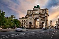 Das Siegestor in München markiert den Übergang von der Ludwigstraße zur Leopoldstraße. Außerdem bildet das steinerne Tor das nördliche Ende einer Sichtachse, die mit der Feldherrenhalle am Odeonsplatz beginnt. Nördlich des Siegestors beginnt die Leopoldstraße, die Haupt-Flaniermeile des Szeneviertels Schwabing.