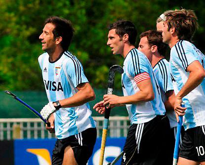 Mario Almada festeja el primer gol de Argentina, junto a Matias y Lucas Vila, y Matias Paredes