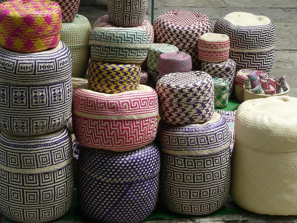 EN&gt; colorful handwoven baskets in a market of Oaxaca City, Mexico | <br /> SP&gt; canastas multicolores en un mercado en la ciudad de Oaxaca