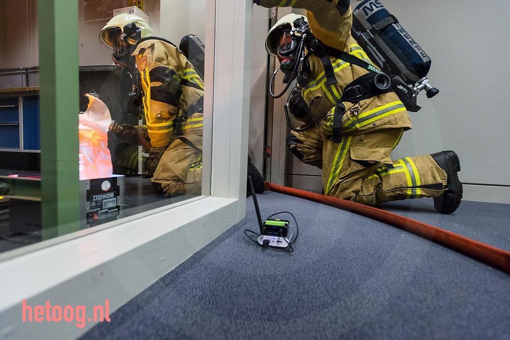 Nederland, Enschede 31okt2017 Eindpresentatie project MoSeS. Saxion Hogeschool Enschede. Ism met verschillende partners ontwikkelde Saxion / TechForFuture een app waarmee de brandweer ,real time, zijn manschappen tijdens een inzet in een gebouw kan volgen. Iedere brandweerman is d.m.v. een bewegingssensor i.c.m. een smartphone door de bevelvoerder op een ipad te traceren en aan te sturen. Door deze nieuwe toepassing van bestaande technologie is men in staat nauwkeuriger en veiliger te werken. Fotografie : Cees Elzenga / hetoog.nl