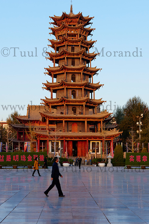 Chine, Province du Gansu, Zhangye, pagode en bois sur la place principal, gymnastique matinale // China, Gansu Province, Zhangye, wooden pagoda on the main square, morning excecices