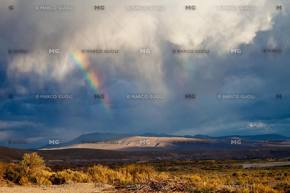 ARCO IRIS, TORMENTA, SIERRAS Y ESTEPA, RUTA 40 AL SUR DE MALARGUE, PROVINCIA DE MENDOZA, ARGENTINA (PHOTO © MARCO GUOLI - ALL RIGHTS RESERVED)