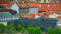 Prague, la ville aux mille tours et mille clochers, n&rsquo;a pas seulement inspire Andre Breton et les surrealistes. Chaque annee, la belle Tcheque seduit des millions d&rsquo;admirateurs du monde entier. Monuments, fa&ccedil;ades et statues racontent une histoire mouvementee ou planent les ombres du Golem, de Mucha ou de Kafka.<br /> Depuis 1992, le centre ville historique est inscrit sur la liste du patrimoine mondial par l'UNESCO<br /> Les jardins du comte de Wallenstein