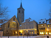 Wenigemarkt, Aegidienkirche, Dämmerung, Schnee, Winter, Erfurt, Thüringen, Deutschland.|.Wenigemarkt and Aegidien church at dusk, snow, Erfurt, Thuringia, Germany