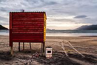 Fogão abandonado ao lado de posto de salva vidas na Praia do Pântano do Sul ao anoitecer. Florianópolis, Santa Catarina, Brasil. / Abandoned stove next to a lifeguard station at Pantano do Sul Beach at dusk. Florianopolis, Santa Catarina, Brazil.