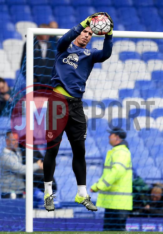 Everton's Joel Robles warms up - Mandatory byline: Matt McNulty/JMP - 07966386802 - 12/09/2015 - FOOTBALL - Goodison Park -Everton,England - Everton v Chelsea - Barclays Premier League