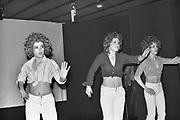 Nederland, Boxmeer, 15-10-1976Een nog jonge actrice in opleiding Sylvia Millecam ( links) geeft met een aantal vrienden een voorstelling in Boxmeer.Het optreden voor jongeren bevatte al veel satire.Foto: Flip Franssen/Hollandse Hoogte