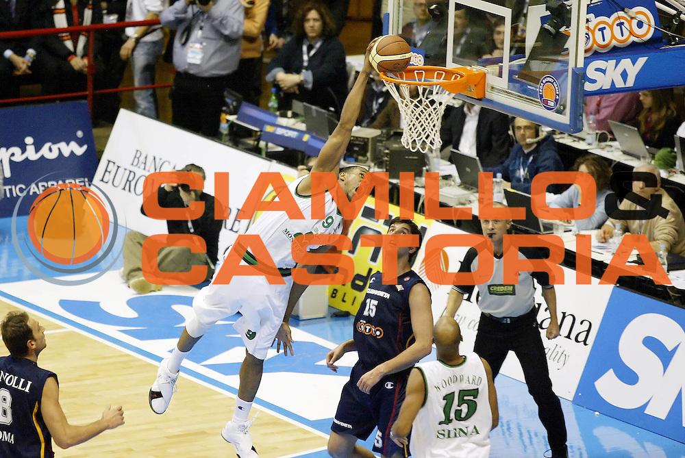DESCRIZIONE : Forli Lega A1 2005-06 Coppa Italia Final Eight Tim Cup Montepaschi Siena Lottomatica Virtus Roma<br /> GIOCATORE : Thomas<br /> SQUADRA : Montepaschi Siena<br /> EVENTO : Campionato Lega A1 2005-2006 Coppa Italia Final Eight Tim Cup Semifinale<br /> GARA : Montepaschi Siena Lottomatica Virtus Roma<br /> DATA : 18/02/2006<br /> CATEGORIA : Schiacciata<br /> SPORT : Pallacanestro<br /> AUTORE : Agenzia Ciamillo-Castoria/G.Cottini